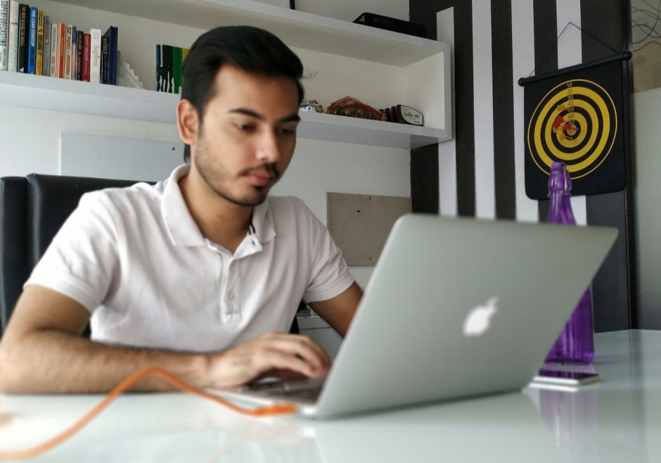 Advantage of Online Shopping For Working Men With Tight Schedules